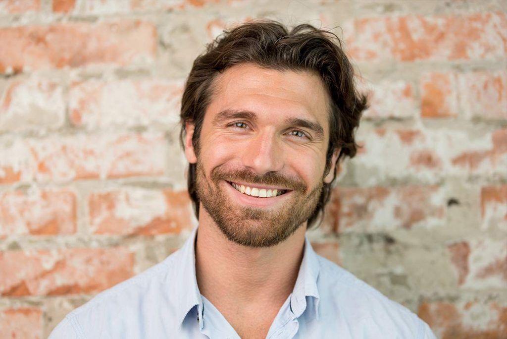 Hombre sonriendo blanqueamiento